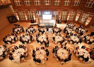 Galagäste beim Dinner im Lichthof der Deutschen Bank