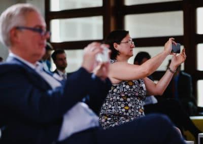 Gäste machen Handyfotos beim Tag der Immobilienwirtschaft 2020