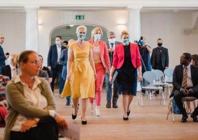 Einmarsch in den Saal von Gruppenbild Frau Dr. Franziska Giffey, Julia Klöckner, Manuela Schwesig