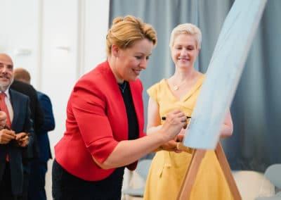 Bundesministerin für Familie, Senioren, Frauen und Jugend, Dr. Franziska Giffey unterschreibt die Gründungsurkunde