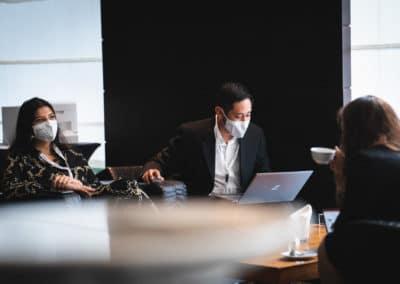 arbeitende Menschen mit Masken - Kongress
